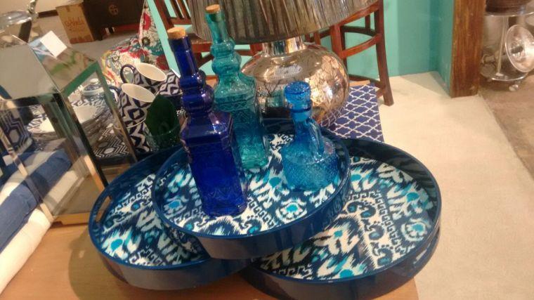 Este conjunto de 3 peças de bandejas redondas, trás ao estilo de estampa étnica chamado Ikat. http://www.ishela.com.br/