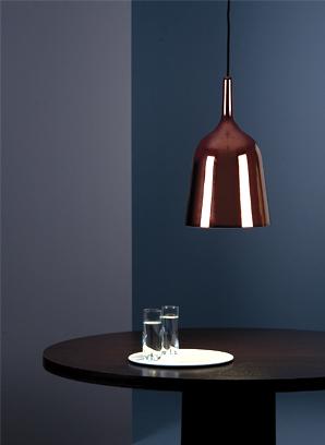 O material deste pendente é porcelana , não permitindo a passagem de luz difusa ou para cima (indireta). Este exemplo é de luz direta, com luz voltada apenas para a mesa.Destaque garantido!! http://metalarte.com/es/70