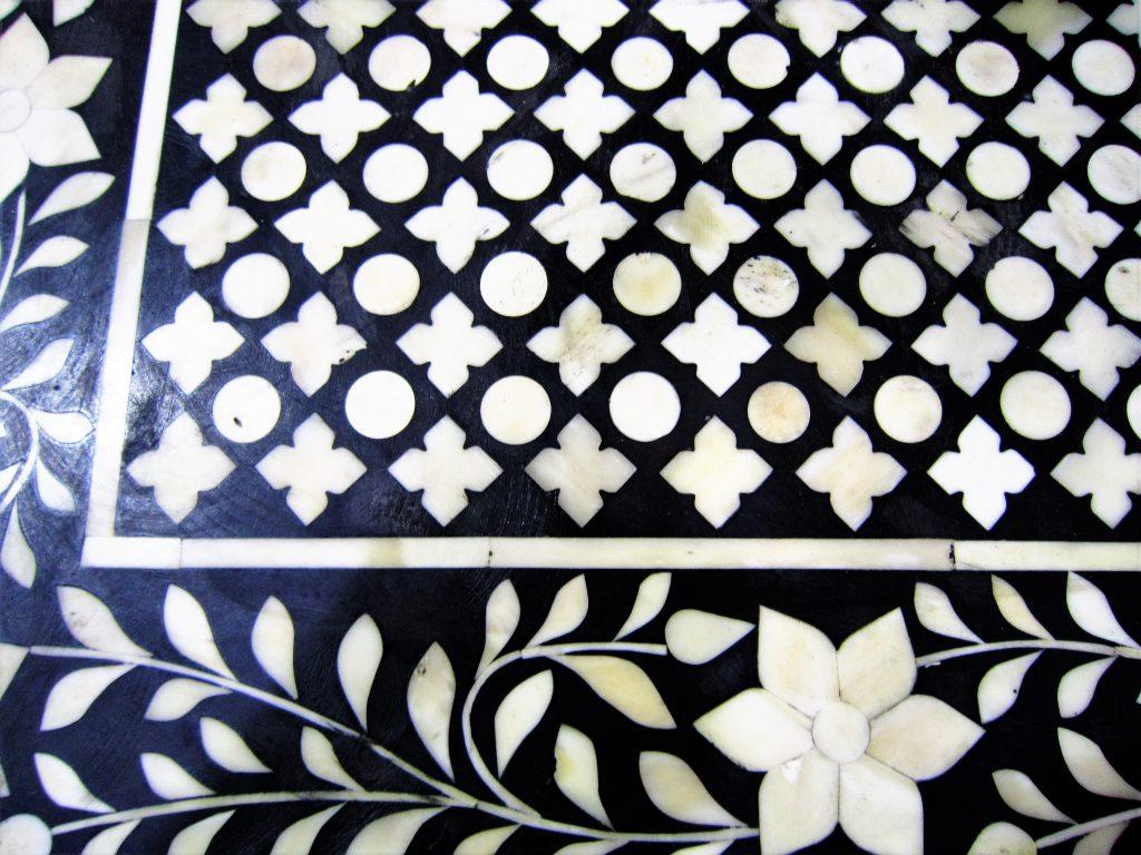 Detalhe do tampo de uma cômoda da Lucatti na 23ª exposição da ABIMAD. O desenho inclui flores, folhas e motivos clássicos. Foto: Adriano Gronard