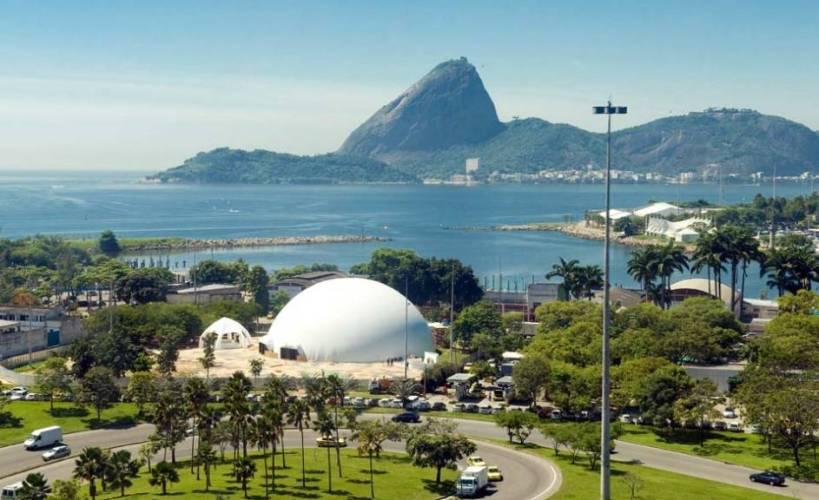 Aterro do Flamengo com vista para o teatro projetado por Oscar Niemeyer e a Baía de Guanabara com o Pão de Açúcar ao fundo. Lindo !!