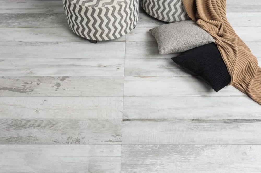 Uma das novidades da marca é o piso Urbanwood, que combina os veios da madeira com as cores do concreto aparente em peças medindo 0,20 x 1,20m (tamanho de uma tábua padrão de madeira). Imagem: Decortiles
