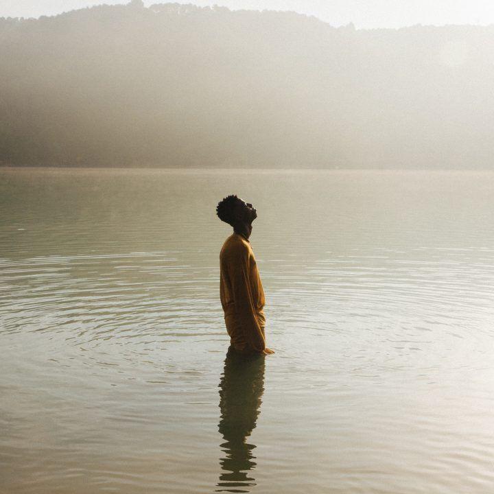 En un mundo ruidoso, Silvia Gil captura el poder del silencio.