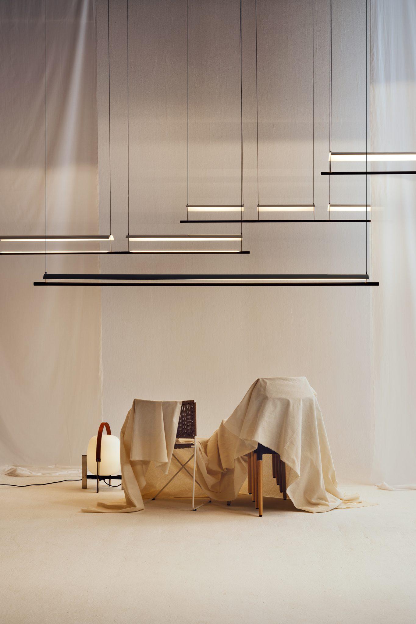 La simplicidad y la óptima difusión de la luz definen las lámparas colgantes de Antoni Arola