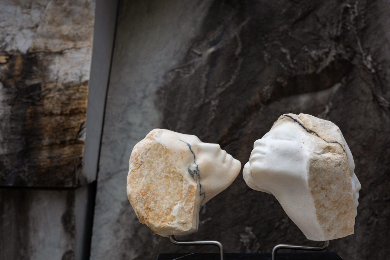 Angela Simi captura la visión de un mundo cambiante a través del hermoso mármol blanco