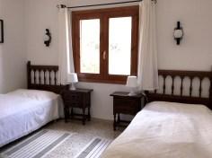 Das zweite Schlafzimmer hat zwei getrennte Betten.
