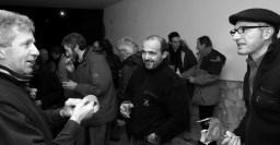 Lorenzo, Claudio Chenet e Alberto discutono di protezioni alternative... Dietro si intravedono diversi amici: Ettore De Biasio, Gabriele Villa, Claudio Tonello, Alberto Urbani, Pierino Radin, etc... nel retro della libreria La Casa di Giovanni nel pre-serata Canneti | Foto di Alessandro Pianalto