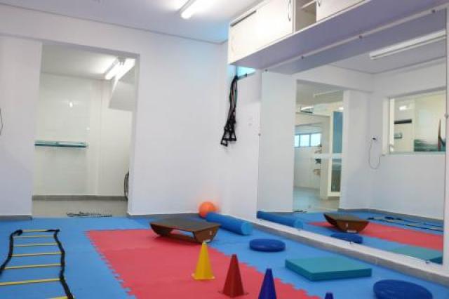 sala com ferramentas para fisioterapia #pracegover