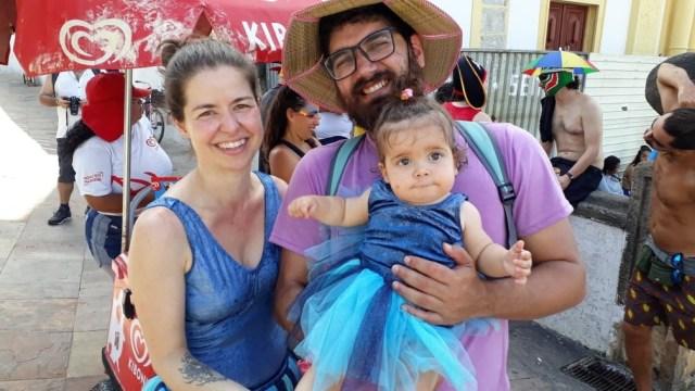 Com Tamara e Richard, a garotinha Eva estreou nas ladeiras de Olinda, neste domingo (23) — Foto: Rafael Souza/ G1