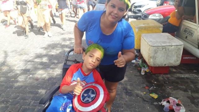 Thiago Daniel, de 7 anos, foi com a mãe para brincar nas ladeiras de Olinda, neste domingo (23) — Foto: Rafael Souza/G1