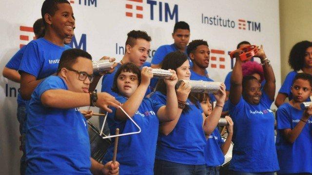 Mini bloco do Instituto TIM tem jovens com síndrome de down