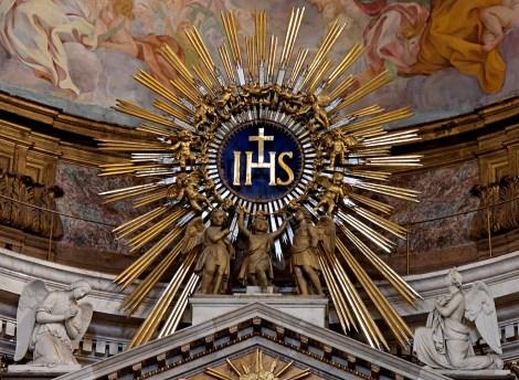 O simbolo dos Jesuitas, com as insígnias 'IHS', que significam 'Iesus Hominum Salvator', ou seja, 'Jesus Salvador dos Homens'