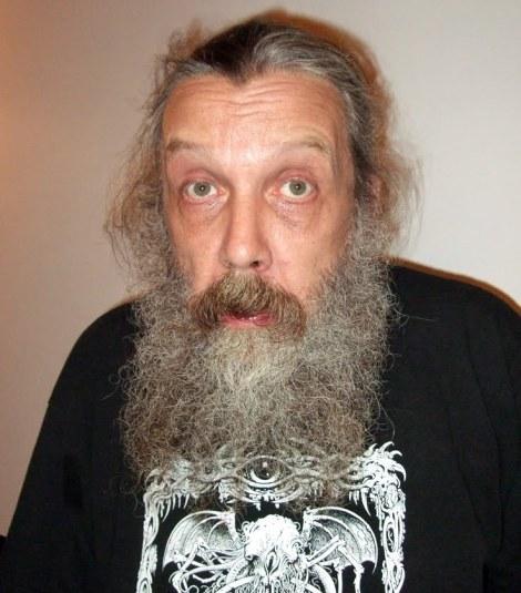 O autor da banda desenhada 'V de Vendetta', Alan Moore, com uma t-shirt com o 'Olho que Tudo Vê' e o monstro Cthulhu