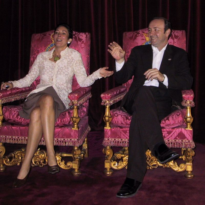 Ghislaine Maxwell e Kevin Spacey no trono do UK