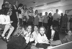 Unos 600 socios integran en Lleida la Casa de Andalucía, con una activa agrupación folclórico musical en expansión, al hilo del auge de las sevillanas y el traslado a Catalunya de celebraciones multitudinarias como las Ferias de Abril o las romerías rocieras. El Día de Andalucía es la parte institucional, el recuerdo al autonomismo andaluz surgido en Ronda en 1918 y que reivindicaba el