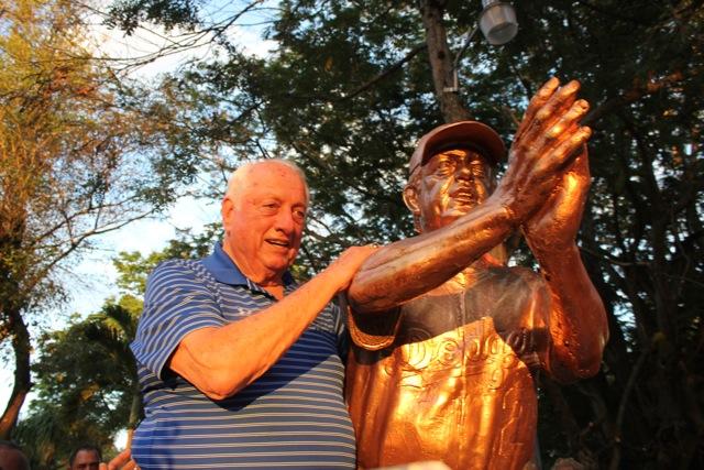tommy lasorda statue