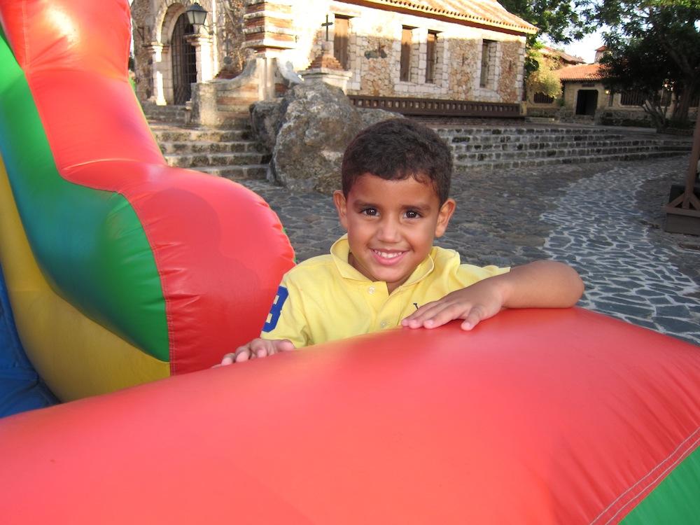 Con muchas actividades para niños, como juegos inflables.