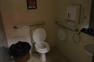 Banheiro masculino com acesso para cadeirantes