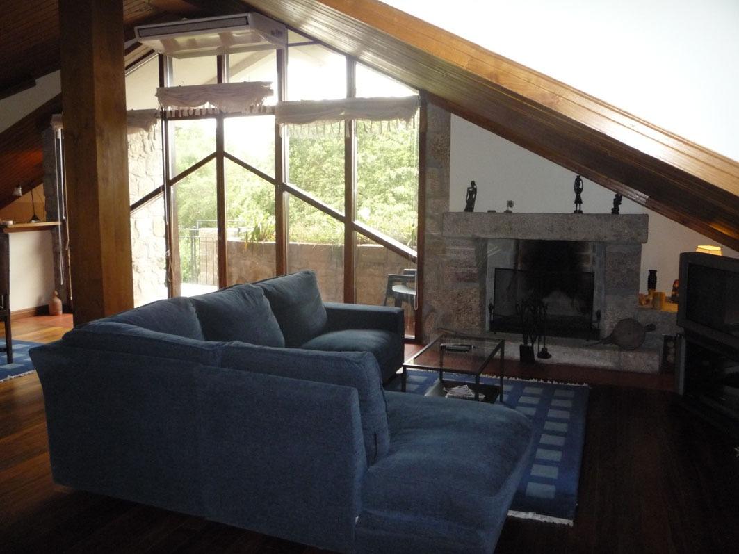 Clique aqui para mais fotos da sala de estar/jantar/biblioteca.