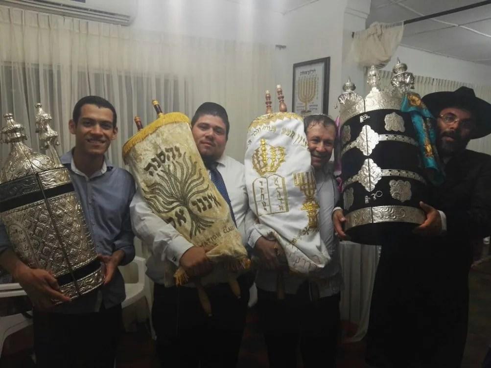 Bnei Anussim da Colômbia recebem um novo Sefer Torá