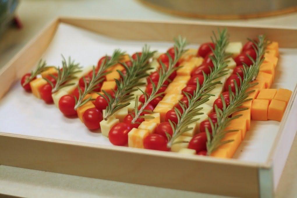 Árvore de natal com tomatinhos e queijos