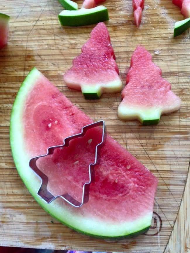 Pedaços de melancia com formato de pinheiro de natal