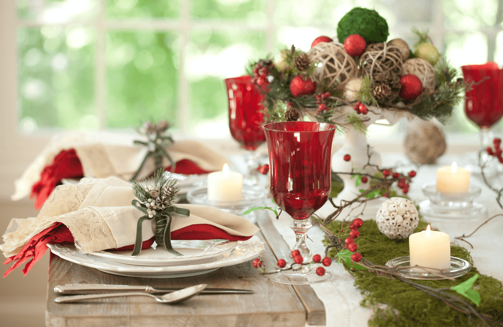 Mesa de natal com taças vermelhas