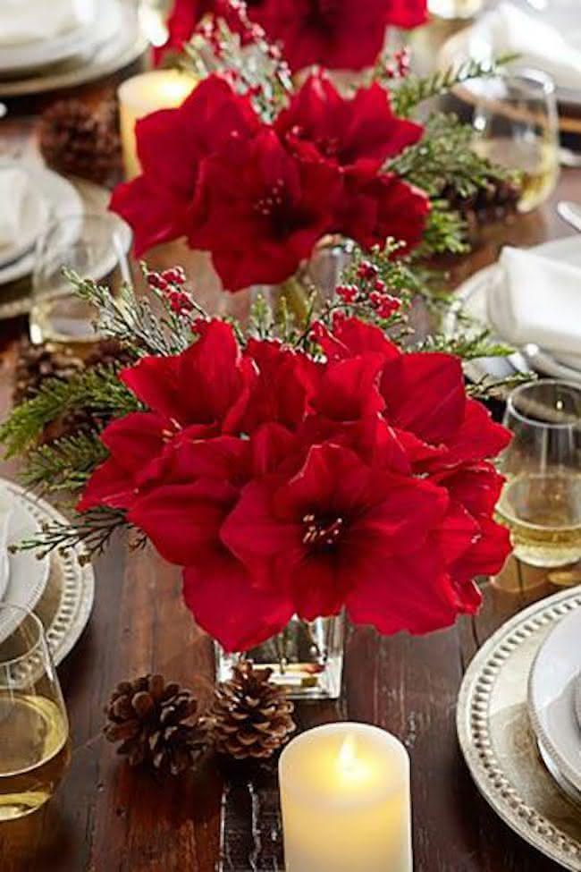 Centro de mesa de natal com flores vermelhas