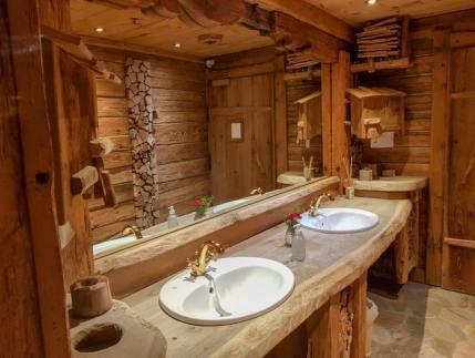 Obiecte și decor din lemn pentru baie