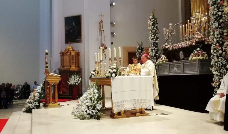 El Obispo de la Diócesis de Getage, D. Ginés García Beltránel con el cáliz de nuestro Fundador José María Benito Serra