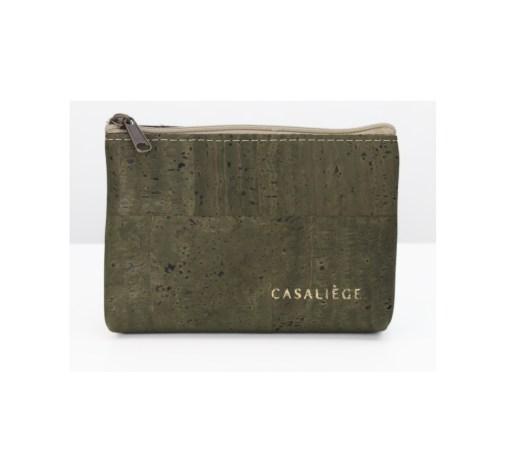 Porte-monnaie en liège Navio taille M 1 compartiment fourre-tout avec fermeture à glissière. Au format carte d'identité. Dimensions : H 8,5 x L 12,5 x E 3 cm Fabrication artisanale. Chaque modèle est différent et unique