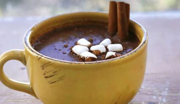 Dishin' up cioccolato caldo with a spoon