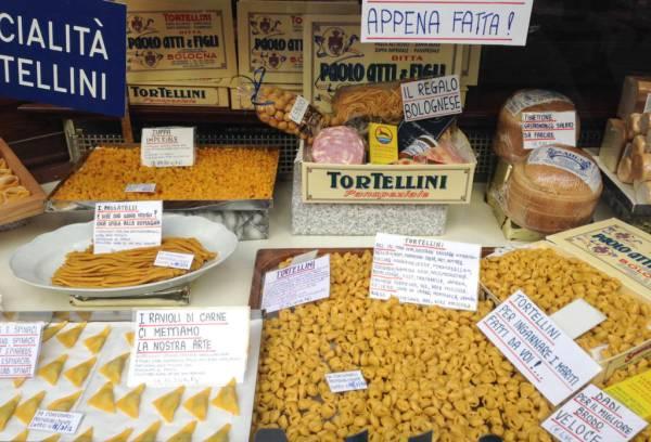 Making tortellini in Bologna - Pasta shops