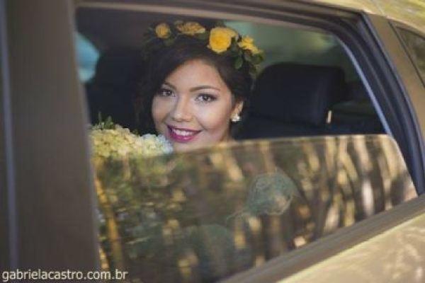 casamento-economico-de-dia-ao-ar-livre-chacara-noiva-com-coroa-de-flores-decoracao-faca-voce-mesmo-azul-e-amarelo- (22)
