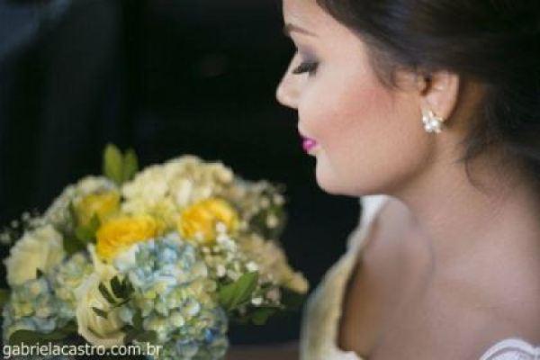 casamento-economico-de-dia-ao-ar-livre-chacara-noiva-com-coroa-de-flores-decoracao-faca-voce-mesmo-azul-e-amarelo- (23)