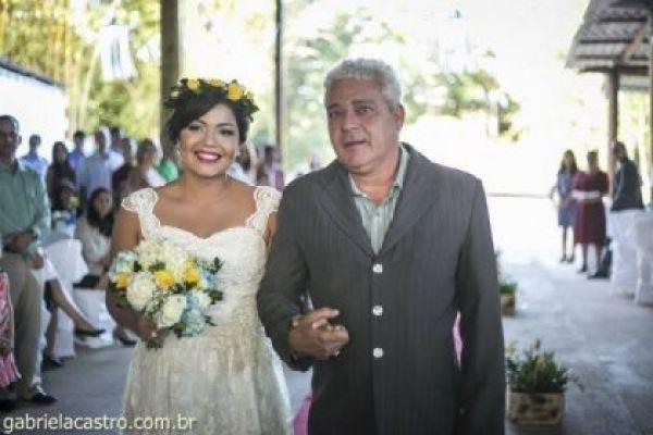 casamento-economico-de-dia-ao-ar-livre-chacara-noiva-com-coroa-de-flores-decoracao-faca-voce-mesmo-azul-e-amarelo- (29)
