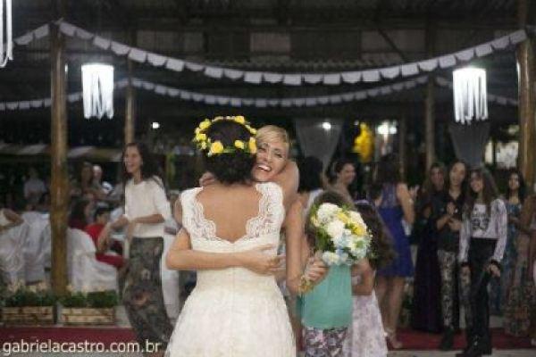 casamento-economico-de-dia-ao-ar-livre-chacara-noiva-com-coroa-de-flores-decoracao-faca-voce-mesmo-azul-e-amarelo- (43)
