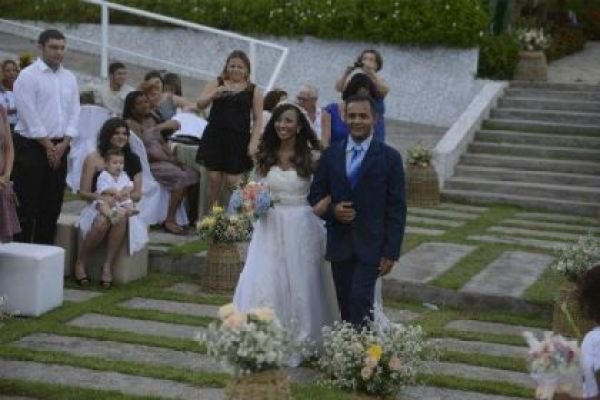 casamento-economico-rustico-vintage-retro-ao-ar-livre-Paraiba-varal-de-lampadas (26)