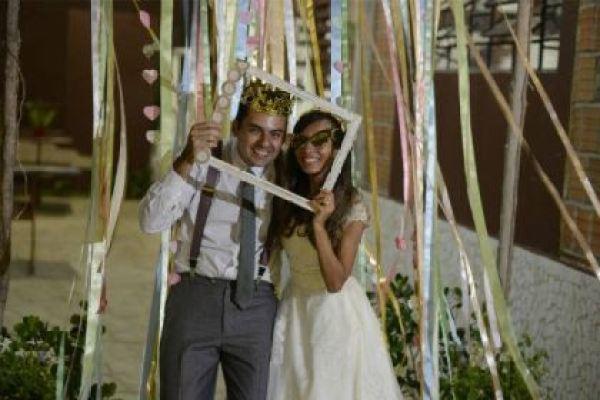 casamento-economico-rustico-vintage-retro-ao-ar-livre-Paraiba-varal-de-lampadas (28)