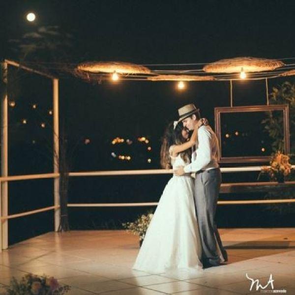 casamento-economico-rustico-vintage-retro-ao-ar-livre-Paraiba-varal-de-lampadas (37)