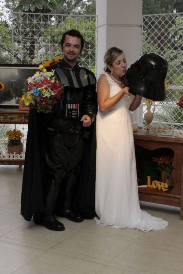 casamento-economico-tematico-star-wars-noivo-darth-vader-ao-ar-livre-decoracao-com-girassois (28)