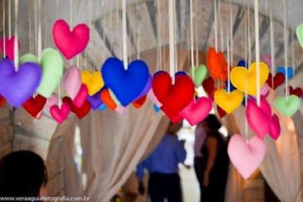 coracoes-coloridos-casamento-colorido-ar-livre-fernanda-e-rafael (3)