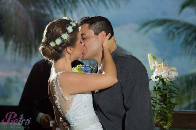 Noivos, agora casados se beijam