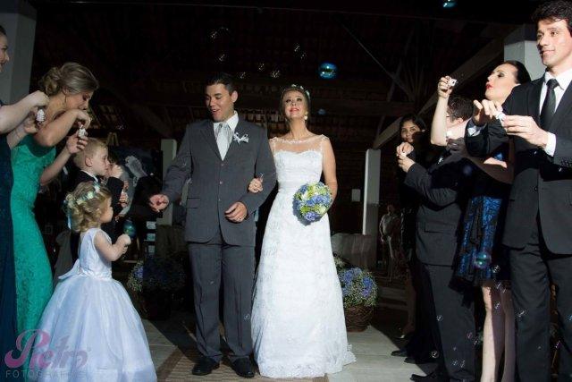Noivos, já casados saindo