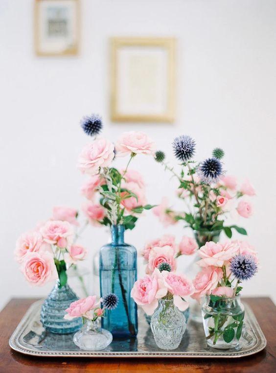 flores frescas en jarrones distintos y agrupados