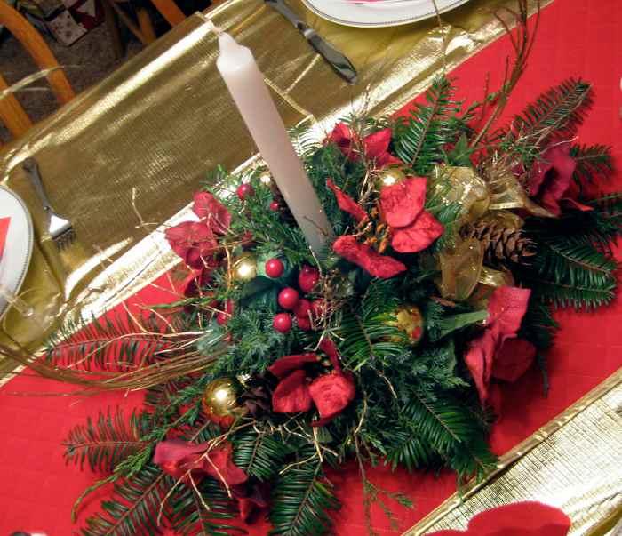 centro-de-mesa-navidad-vela-flores-bayas-piñas-lazos