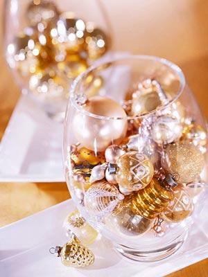 adornos en dorado dentro de vasos