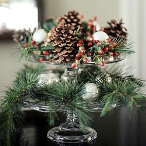 piñas y ramas verdes como centro de mesa