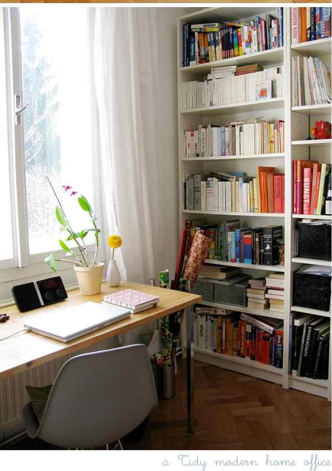 escritorio bajo la ventana
