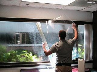 Aplicando una lámina de seguridad a una ventana