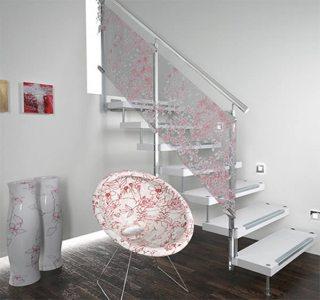 Baranda lateral en cristal combinada con las vasijas y la silla